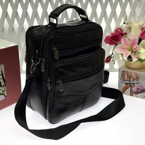 Мужская сумка Gliusse формата А5 из мягкой натуральной кожи с ремнем через плечо чёрного цвета.