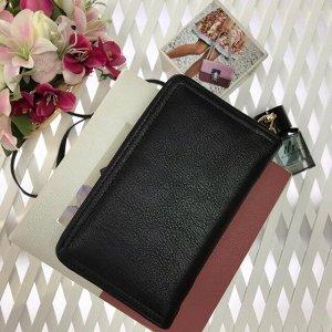 Эргономичная сумочка Forever Young чёрного цвета.