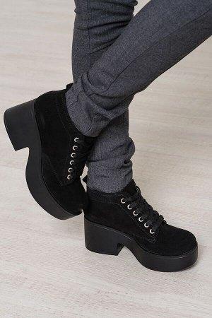Черные замшевые ботинки на удобной танкетке