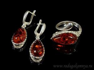 Комплект с янтарём в посеребрении кольцо, серьги капля 13*27мм коньячный, 7,3гр