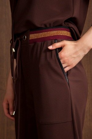 Юбка миди Рост: 170 см. Состав ткани: полиэстер 96%, спандекс 4% Удобная юбка прямого силуэта из трикотажа с накладными фигурными карманами по переду. Изделие на поясе с декоративной резинкой и золоти
