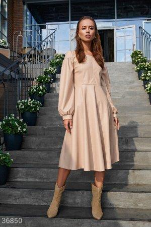 Лаконичное кожаное платье бежевого цвета