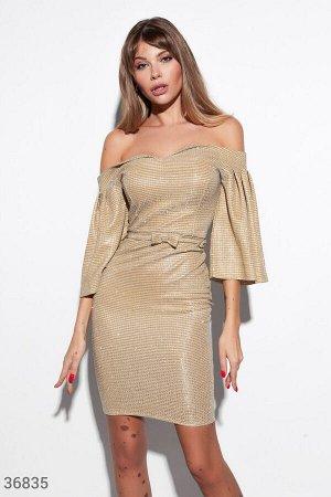 Золотистое платье с открытыми плечами