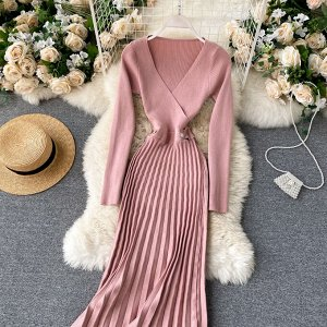 Вязаное платье с V-образным вырезом и плиссированной юбкой розовое