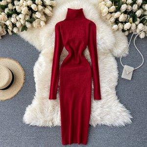 Трикотажное платье с высоким горлом темно-красное