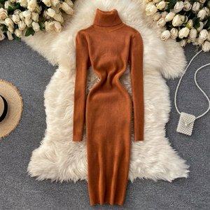Трикотажное платье с высоким горлом горчичное