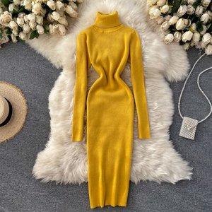 Трикотажное платье с высоким горлом желтое