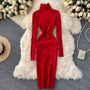 Трикотажное платье с высоким горлом ярко-красное