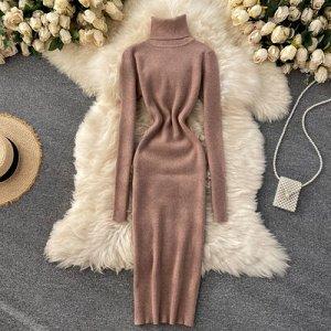 Трикотажное платье с высоким горлом светло-коричневое