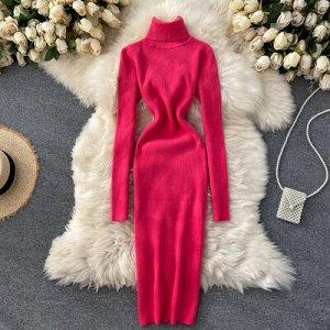 Трикотажное платье с высоким горлом чрко-розовое