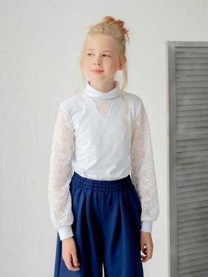 Водолазка Блуза из кулирки белого цвета для девочки. Рукава из элегантного кружева, с манжетами. Стойка-воротник. И кокетливый треугольник из кружева по груди. Идеально для школы. Изделие выполнено из