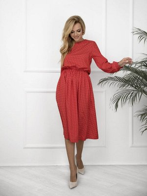 Красное в горошек платье с длинными рукавами