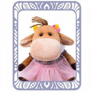 Берта Бул На малышке Берте очаровательное комбинированное платьице, сшитое из х/б ткани и сеточки, с рукавом-фонарик и белоснежным круглым воротничком. Спереди на Берте бант семейства Бул, выполненный