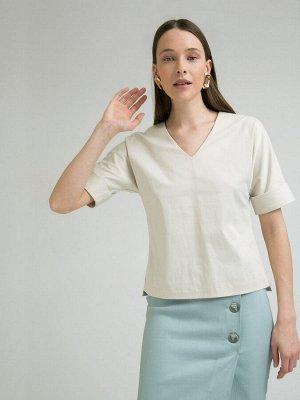 Блузка Состав ткани: Хлопок 55%, Полиэстер 42%, Эластан 3% Описание модели Блузка бежевого цвета. Выполнена из хлопка. Модель прямого кроя, имеет V-образный вырез горловины, короткие рукава с отворота