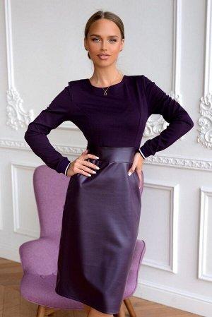 Платье Комбинированные платья-модный тренд последних коллекций! Экокожа насыщенного фиолетового цвета привлекает внимание и акцентирует Ваш незаурядный стиль. Линия талии эффектно подчеркнута вт