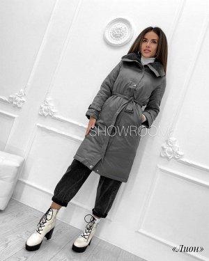 Куртка Куртка с мехом «Лион». Удлиненная модель прямого кроя, в комплекте идёт пояс, застёгивается на молнию и металлические клепки, по бокам идут карманы, мех не отстегивается. Материал: таслан. На