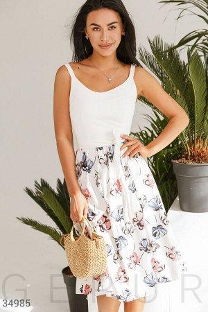 Платье Белое платье-миди а-силуэта с цветочным принтом, дополненное однотонным съемным поясом. Аккуратное декольте, нерегулируемые бретели. Отрезная талия, расклешенная юбка в легкую складку.