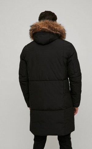 Куртка Новинка от Fine Joyce - удлиненная куртка с воротником-стойкой и регулируемым несъемным капюшоном, отороченным натуральным мехом. Опушка капюшона съемная. Спереди застегивается на сплошную молн
