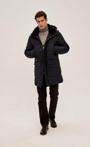 Куртка Новинка от Fine Joyce - удлиненная куртка с воротником-стойкой, изнутри отделанным мехом, и съемным капюшоном. Застежка на двойную молнию под планкой на кнопках. Передние прорезные карманы на м