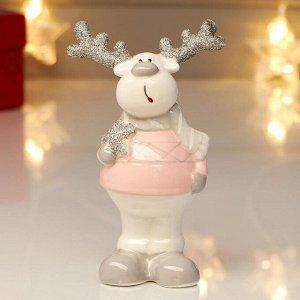 "Сувенир керамика ""Олешка в розовом свитере и сером шарфе, с серебр. рогами"" 13,3х5,6х8,2 см 482546"
