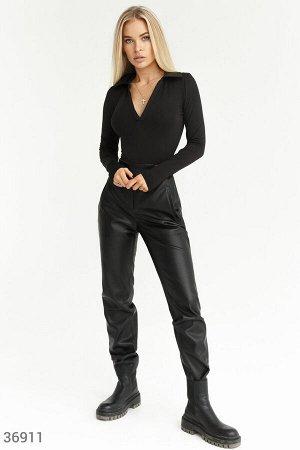 Прямые брюки из черной эко-кожи