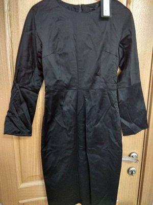Платье черное, плотный атлас, на спине молния