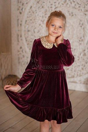 Платье Велюровое платье с нарядным съемным воротничком из золотых пайеток. Воротничок пристегивается на пуговички. Сзади завязывается на поясок. *** На фотографии девочка ростом около 137см, платье ра
