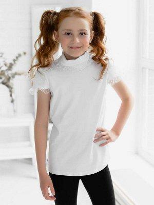 Водолазка Стильная футболка из кулирки белого цвета для девочкисвободного силуэта из натурального трикотажного полотна. Короткий рукав необычного кроя, чуть расширенный книзу, украшен двумя слоями неж