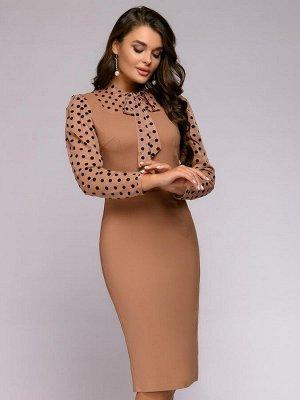 Платье-футляр песочного цвета длины миди с рукавами из фатина в горошек