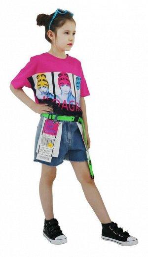 Шорты Шорты для девочки из джинсовой ткани. Пояс регулируется потайной резинкой.  Пояс в комплекте. Украшен шевроном.  Цвет: синий Состав: хлопок 95%, эластан 5% Производитель Китай Страна бренда Итал