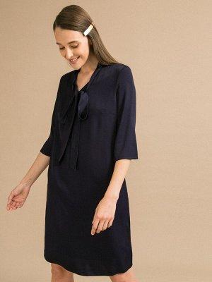 Платье Состав ткани: Вискоза 100% Длина: 96 См. Описание модели Платье прямого кроя из вискозы. Горловина оформлена V-образным вырезом с бантом. Рукава 3/4, есть подкладка. Сезон: Демисезон Цвет: Темн