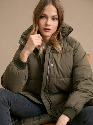 Куртка Длина: 100 См. Описание модели Базовый пуховик прямого кроя. Имеет высокую горловину, длинные рукава с манжетами на резинке, по бокам расположены карманы. Застегивается спереди на молнию и кноп