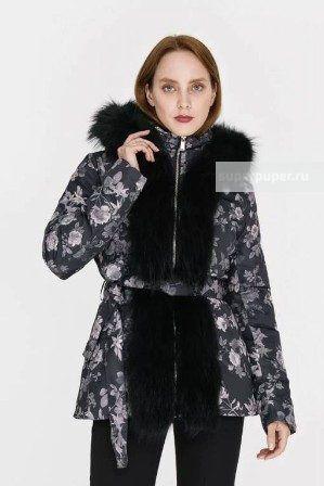 Женское текстильное пальто на натуральном пуху с отделкой мехом енота с текстильным поясом