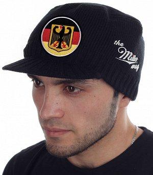 Вязаная кепка с гербом Германии на фоне флага Федеративной Республики - недорогая брендовая модель Miller Way с козырьком. Без попсового декора