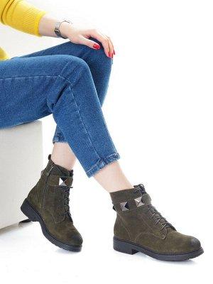 Ботинки Страна производитель: Китай Полнота обуви: Тип «F» или «Fx» Вид обуви: Ботинки Сезон: Зима Материал верха: Замша Материал подкладки: Мех шерстяной Каблук/Подошва: Каблук Высота каблука (см): 4