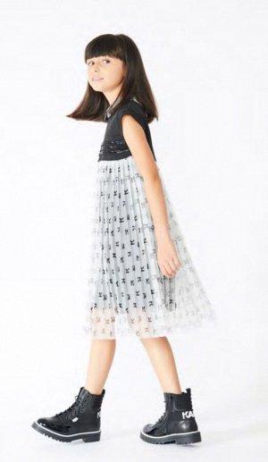 Платье Платье с короткими рукавами, верх из полиэстерового твила с аппликацией из вышитых бисером причудливых кос, часть юбки из полиэстера с принтом логотипа, подкладка из вискозы. M41 - NOIR BLANC