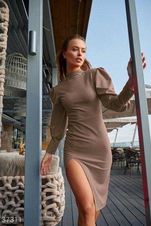 Бежевое облегающее платье с разрезом