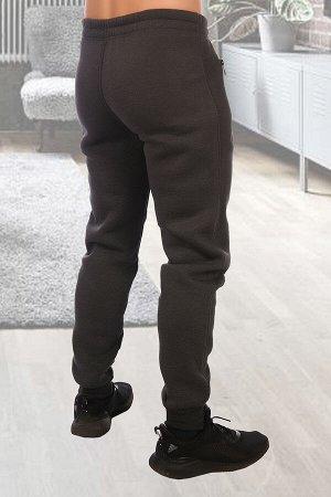 Брюки 3403 80% хлопок, 20% полиэстер Брюки мужские из футера 3-х нитки с начесом компакт-пеньес карманами на декоративной железной тракторной молнии, что придает брюкам необычный дизайн. Резинкана т