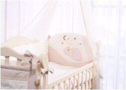 Бортик в кроватку Мишка под одеялом бежевый