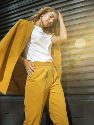 Костюм Пиджак и брюки/ Удлиненный жакет на одну пуговицу. Модель прямого кроя с английским воротником и прорезными карманами по бокам. Свежий взгляд на деловую классику — горчичный цвет наполняет обра