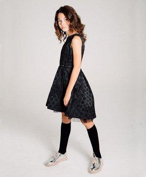 Платье Хлопок 70%, ПЭ 30%, подкладка - хлопок 100%.. Цвет чёрный Элегантное платье чёрного цвета с текстурой в горох, без рукавов. Вырез головины с углублением в задней части. Платье застегивается при