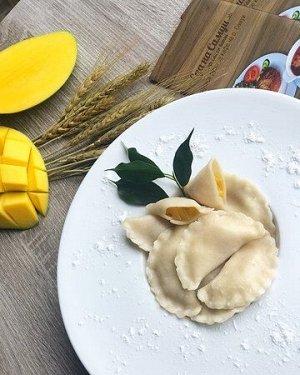 Рецепт 10 ВАРЕНИКИ С МАНГО  🔸делаем свое любимое тесто для вареников (желательно покруче, чтобы во время варки тесто не расползлось) 🔸берём манго, немного размораживаем, режем на небольшие кубики и до