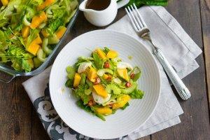 Рецепт 13 Салат из помидоров, сыра фета, базилика и манго  Этот забавный и легкий классический салат из помидоров с базиликом получает дополнительную сладость от манго и соленый привкус от измельченно