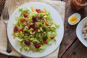 Рецепт 14 Салат из манго с арахисовой заправкой  Легкий, в тайском стиле салат из свежих овощей и манго. Сбрызните простой арахисовой заправкой для пикантности или добавьте протеин по выбору, чтобы сд