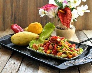 Рецепт 12 Салат с манго и копчёным мясом  Данный рецепт салата с манго наверняка вызовет интерес у любителей разной экзотики.  Приготовленная по нему закуска представляет собой причудливую комбинацию