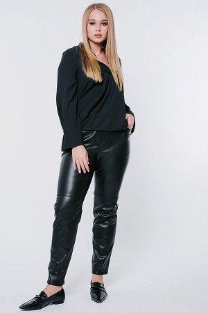 Брюки тильные брюки из экокожи  в молодежном стиле. Силуэт прямой от колена, книзу заужен на 1,5 см, с имитацией гульфика, карманы с отрезным бочком прямоугольной формы. Пояс на резине. Сзади кокетка.