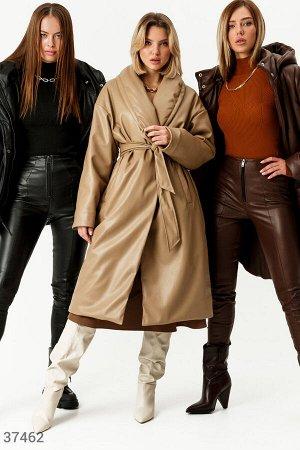 Бежевое пальто из кожи