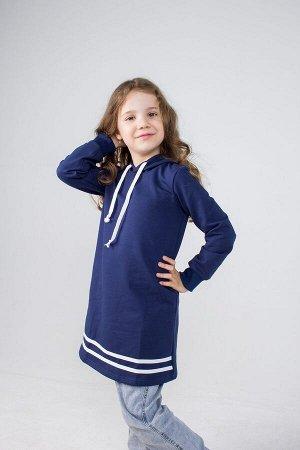 Платье Ткань: Футер 2-х Нитка. 95%хлопок, 5% лайкра Платье прямого силуэта с длинным рукавом и капюшоном, регулируемым шнурочком. По низу платья расположены лампасы, рукав с мягкой манжетой.