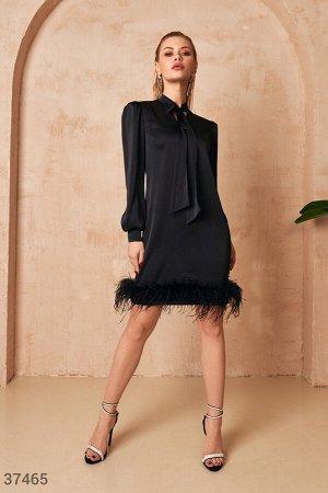 Черное платье с перьями