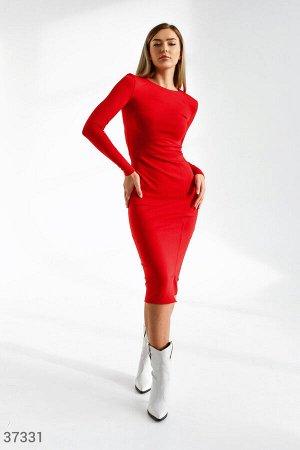 Краcное платье с разрезом